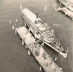 1952 fand in Luzern die Weltausstellung der Fotografie statt. Dadurch ergaben sich aussergewöhnliche Aufnahmen. Das Dampfschiff Gotthard ist eben bei der Landungsbrücke 5 eingetroffen. (Bild: Archiv Kurt Hunziker)