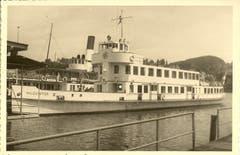 Das Motorschiff «Waldstätter» legte insgesamt 1'783'690 Kilometer zurück. Dahinter liegt das Dampfschiff «Wilhelm Tell», das heute ein Restaurant ist. (Bild: Archiv Kurt Hunziker, 1956)