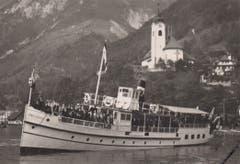 Das erste Personenmotorschiff der Schweiz, die «Delphin» präsentiert sich vor der Kirche in Flüelen. (Bild: Archiv Kurt Hunziker)