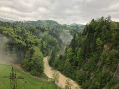 Die Sitter im oberen Toggenburg führt wegen des Dauerregens viel Wasser. (Bild: TVO/Tobias Lenherr)