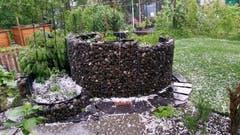Hagelkörner im Garten. (Bild: Michel Adam)
