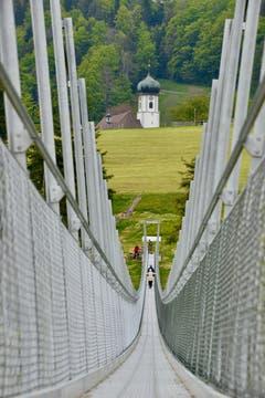 Die Brücke zur Kirche - von Grub nach Grub über die neue Hängebrücke. (Bild: Klaus Stadler)