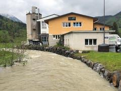 Die Schreinerei Stolz in Unterwasser liegt direkt an der Thur. (Bild: Timon Kobelt)