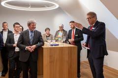 Bankratspräsident Christian Waser (ganz rechts) begrüsst die Gäste. Landammann Res Schmid (Mitte, im Vordergrund) hört interessiert zu.