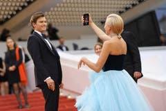 Sängerin Pixie Lott, rechts, macht ein Selfie. > Filmpremiere «La Belle Epoque» (Photo by Arthur Mola/Invision/AP)