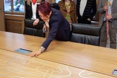Im Sitzungszimmer des Regierungsrats bewundert Gesundheits- und Sozialdirektorin Michèle Blöchliger den in den Tisch eingelassenen Nidwaldnerschlüssel.