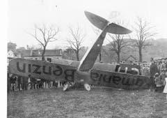Flugzeugabsturz am 21. April 1930 auf der Luzerner Allmend. Bevor der Flugplatz Emmen eröffnet wurde, fand der Flugbetrieb auf der Luzerner Allmend statt. Bild: Stadtarchiv Luzern