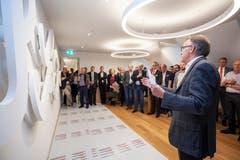 Künstler Roland Heini erläutert sein Wandrelief.