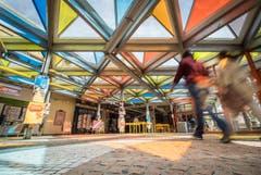 Das Glasdach von Otto Pienes im Haupteingangsbereich besteht aus 227 farbigen Pyramiden. (Bild: Reto Martin)