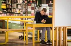 Auch im Foyer wird gelernt – oder es werden Nachrichten geschrieben. (Bild: Reto Martin)