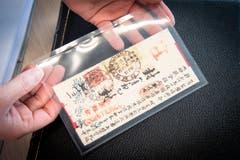 ...werden die seltenen Briefmarken und Stücke... (Bilder: Ralph Ribi)