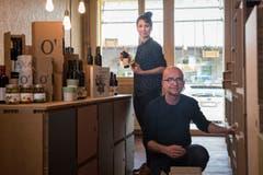 Olivenöl aus Italien: Piero Albanese und Mélanie Hangartner im Laden «o'pulia». (Bild: Adriana Ortíz Cardozo)