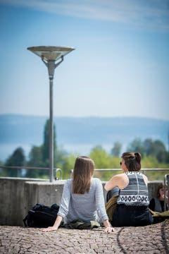 Zwei Studentinnen geniessen den Blick von der Terrasse auf den Bodensee.
