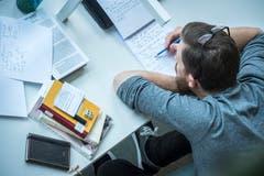 Ein Student macht sich Notizen. (Bild: Reto Martin)