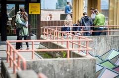 Ein Studentenpärchen küsst sich während der Mittagspause. (Bild: Reto Martin)