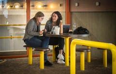 Zwei Studentinnen tauschen sich fachlich aus. (Bild: Reto Martin)