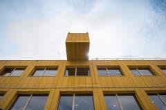 Architektur in Baustellen-Optik: Die Fassade des Lattichbaus besteht aus Schaltafeln, ein Baugerüst dient als Treppenhaus und Korridor. (Bild: Adriana Ortíz Cardozo)