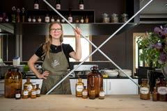 Essen wie im Labor: Anna Liechti im Restaurant «Wilde Möhre». (Bild: Adriana Ortíz Cardozo)