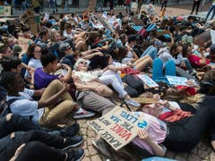 Menschen demonstrieren am internationalen Klimastreiktag in Bellinzona. (Bild: KEYSTONE/TI-PRESS/SAMUEL GOLAY)