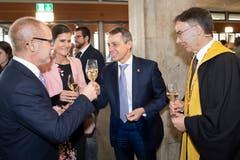 Bundesrat Ignazio Cassis (Mitte) plaudert beim Apéro mit Regierungsrat Stefan Kölliker (links) und HSG-Rektor Thomas Bieger. (Bild: Ralph Ribi)