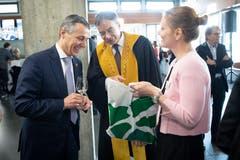 Bundesrat Ignazio Cassis und HSG-Rektor Thomas Bieger (v.l.) beim Apéro. (Bild: Ralph Ribi)