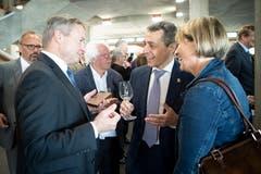 Bundesrat Ignazio Cassis (Mitte) im Gespräch mit Regierungsrat Alfred Stricker (AR).(Bild: Ralph Ribi)