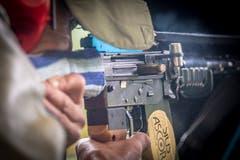 Eingefroren: Nach der Schussabgabe wirft das Sturmgewehr 57 die leere Hülse der gerade verschossenen Patrone aus. (Bild: Urs Bucher - 25. Mai 2019)