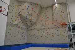 Die neue Kletterwand in der Turnhalle.
