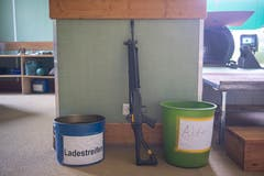 Und auch der Abfall wird fein säuberlich getrennt: links die leeren Ladestreifen, rechts der Abfall - und dazwischen ein Sturmgewehr 90. (Bild: Urs Bucher - 25. Mai 2019)