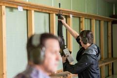 Vor und nach dem Schiessen gehört die Waffe mit entferntem Magazin in den Gewehrrechen. (Bild: Urs Bucher - 25. Mai 2019)