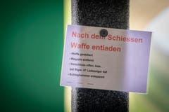 Sicherheit wird gross geschrieben: Anweisungen zum richtigen Entladen nach dem Schiessen im Schiessstand Erlenholz. (Bild: Urs Bucher - 25. Mai 2019)