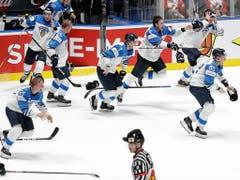 Nach Spielende fliegen bei den finnischen Spielern die Stöcke und Helme... (Bild: Keystone/AP/Petr David Josek)