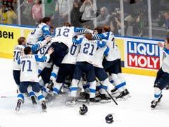 ...und bilden eine Menschentraube. Finnland hatte nicht zu den Favoriten gehört und überzeugte mit dem Motto «die Mannschaft ist der Star» (Bild: Keystone/AP/Petr David Josek)