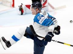 Harri Pesonen von den SCL Tigers bejubelt den dritten finnischen Treffer. Pesonen ist mit Toni Rajala (Biel) und Petteri Lindbohm (Lausanne) einer von drei Weltmeistern, die in der Schweiz spielen (Bild: KEYSTONE/AP/PETR DAVID JOSEK)