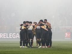 Sämtliches Einschwören nützt beim VfB Stuttgart nicht: Die Schwaben steigen ab (Bild: KEYSTONE/EPA/FELIPE TRUEBA)