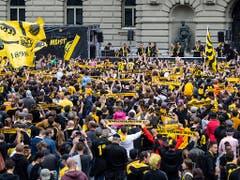 Gelbschwarze Feststimmung auf dem Bundesplatz (Bild: KEYSTONE/PETER SCHNEIDER)