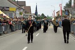 10.35 Uhr: Die Parade auf der Dorfstrasse vor begeistertem Publikum. (Bild: Bilder: Daniela Huijser)