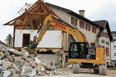 Abbruch des Hotel-Restaurants Kreuz: Bis Ende Juni sollen die Arbeiten abgeschlossen sein. (Bild: Irene Infanger, (Ennetbürgen, 27. Mai 2019)