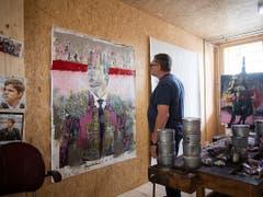 Der Maler Beat Eisenring in seinem Atelier im «Lattich»-Bau. Auf dem Areal beim St. Galler Güterbahnhof ist als Zwischennutzung ein Holzbau mit 45 Modulen entstanden. (Bild: KEYSTONE/GIAN EHRENZELLER)