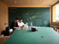 Kreativlabor im «Lattich»-Holzbau: Robin Lohnke (links) und Simon Tolnai haben im Rahmen des Förderprogramms «Starfeld@Lattich» die Möglichkeit, einen Schritt in die Selbständigkeit zu machen. Die Brache beim ehemaligen Güterbahnhof in St. Gallen soll zum Tummelfeld der Kreativwirtschaft werden. (Bild: KEYSTONE/GIAN EHRENZELLER)