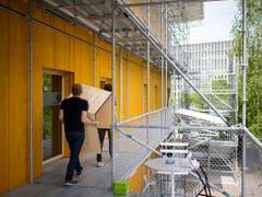 Möbeltransport im St. Galler «Lattich»-Bau: Die Mieter der Zwischennutzung im Areal beim St. Galler Güterbahnhof richten sich ein. Das temporäre Quartier soll zum Brennpunkt der Kreativwirtschaft werden. (Bild: KEYSTONE/GIAN EHRENZELLER)