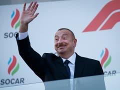 Regiert sein Land autokratisch und mit harter Hand: Aserbaidschans Präsident Ilham Alijew (Bild: KEYSTONE/EPA/VALDRIN XHEMAJ)