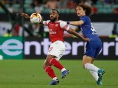 Zweikampf zwischen Arsenals Alexandre Lacazette (links) und Chelseas David Luiz (Bild: KEYSTONE/EPA/YURI KOCHETKOV)