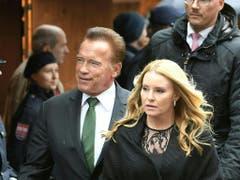 Kaliforniens Ex-Gouverneur und Schauspieler Arnold Schwarzenegger kam mit Freundin Heather Milligan (Bild: Keystone/APA/APA/ROLAND SCHLAGER)