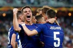 Chelseas Cesar Azpilicueta feiert und seine Kollegen feiern das 3:0. (Bild: Maxim Shipenkov / EPA)