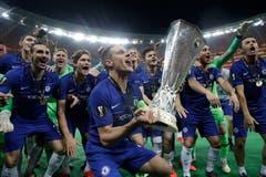 Die Chelsea-Spieler feiern vor ihren Fans. (Bild: Luca Bruno / AP)