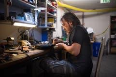 Ramon Weibel baut in einem Keller im Lachenquartier Requisiten und Kostüme für Freunde, Musikvideos und Theaterproduktionen. (Bild: Benjamin Manser)