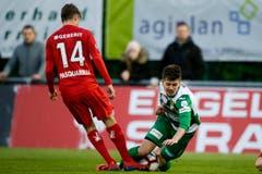 Der Krienser Omer Dzonlagic (rechts) blockiert den Ball gegen den Rapperswiler Matteo Pasquarelli. (Bild: Marc Schumacher / Freshfocus, Rapperswil, 3. Mai 2019)