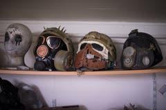 Darunter befinden sich auch diverse Helme. An dem rechts ist oben an der Stirne eine Medaille befestigt. Laut Weibel wurde ihm bestätigt, dass es ein Original ist. Die Auszeichnung wurde Soldaten der russischen Armee dafür verliehen, dass sie den Sturm auf Berlin im Zweiten Weltkrieg überlebt hatten. (Bild: Benjamin Manser)