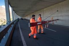 Arbeiter geben die Gotthard-Passstrasse frei. (Bild: KEYSTONE/Pablo Gianinazzi, 30. Mai 2019)